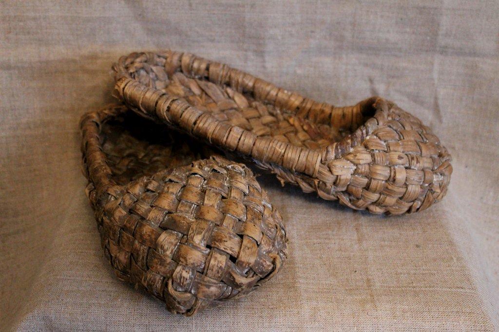 Лапти, плетенные из лыка, ручная работа, плетение крестообразное. Конец XIX — начало XX века (Веневский краеведческий музей)
