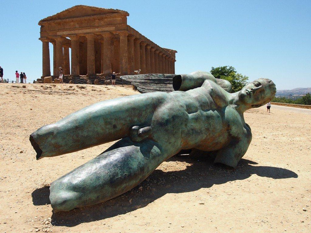 Современная инсталляция падшего тирана на фоне храма Конкордии (Фото: wikiway.com)