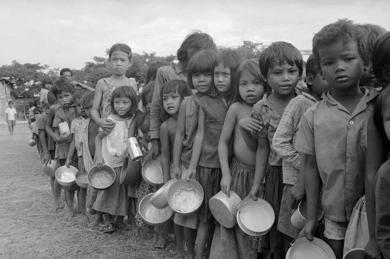 Голодные дети-беженцы ждут своей очереди у пункта питания (Photo: Associated Press)