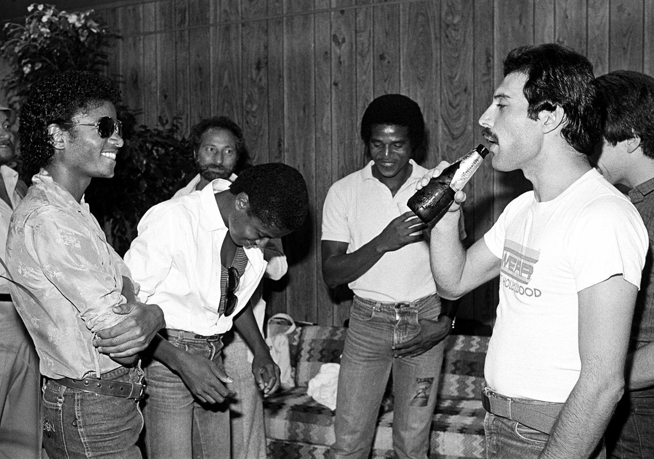Майкл Джексон с братьями и Фредди Меркьюри за кулисами форума в Инглвуде, Лос-Анджелес, июль 1980 года