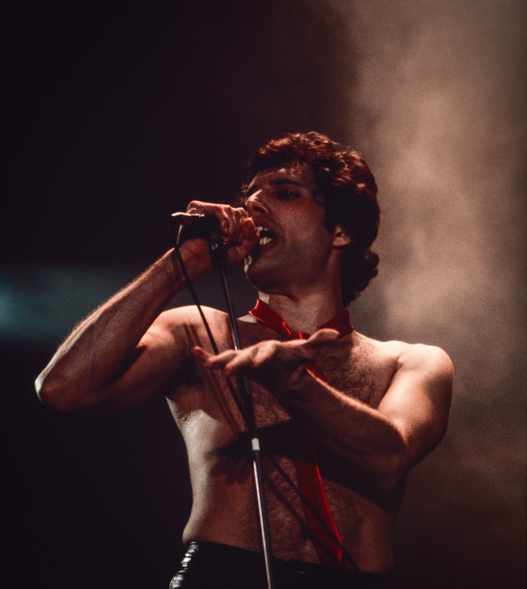 Фредди Меркьюри на сцене во время концерта в RSD Simmons Hall, Дублин, 22 ноября 1979 года (Photo © Eddie Mallin)