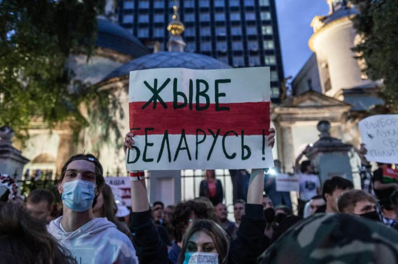 Акция в поддержку жителей Беларуси около посольства в Москве. Фото: МБХ медиа
