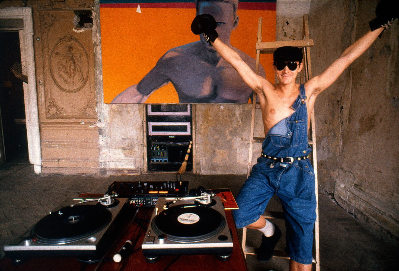 Виктория Ивлева. Фонтанка, 145 (первые техно-вечеринки Ленинграда, на фото Алексей Хаас), 1991