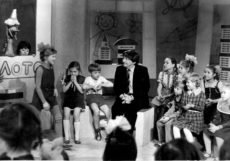 Эдуард Успенский на встрече с маленьким читателями (кадр программы Куйбышевского телевидения, начало 1980-х)