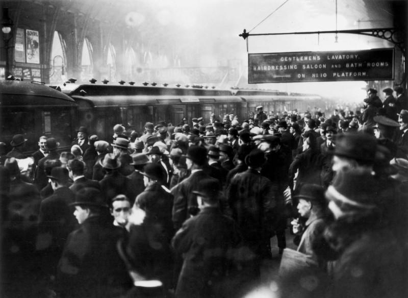 Все эти люди на вокзале Кингс-Кросс пришли в надежде увидеть Агату Кристи
