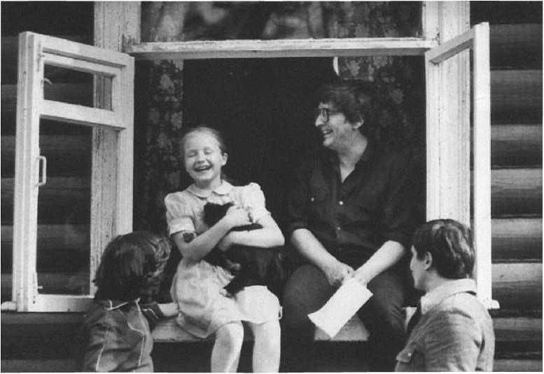 Успенский с дочкой Татьяной (Клязьма, 1970 г. Архив издательства «Отава»)