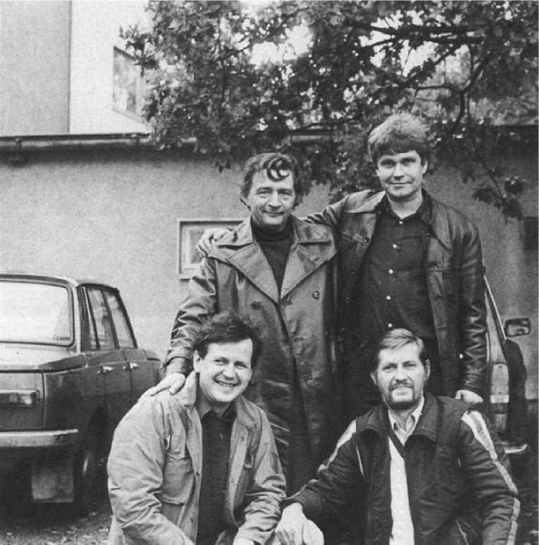 «Банда четырех» — в первом ряду писатели Антти Туури и Эрно Паасилинна, сзади Эдуард Успенский и Ханну Мякеля. Хамеенлмина, 1982 г. Архив Ханну Мякеля