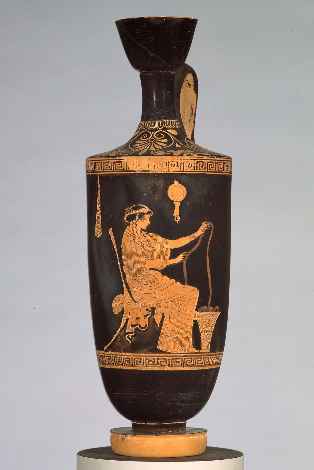 Женщина, прядущая шерсть, с зеркалом, изображение на лекитосе (фляге для масла), ок. 480–470 гг. до н. э. (Музей изящных искусств, Бостон)