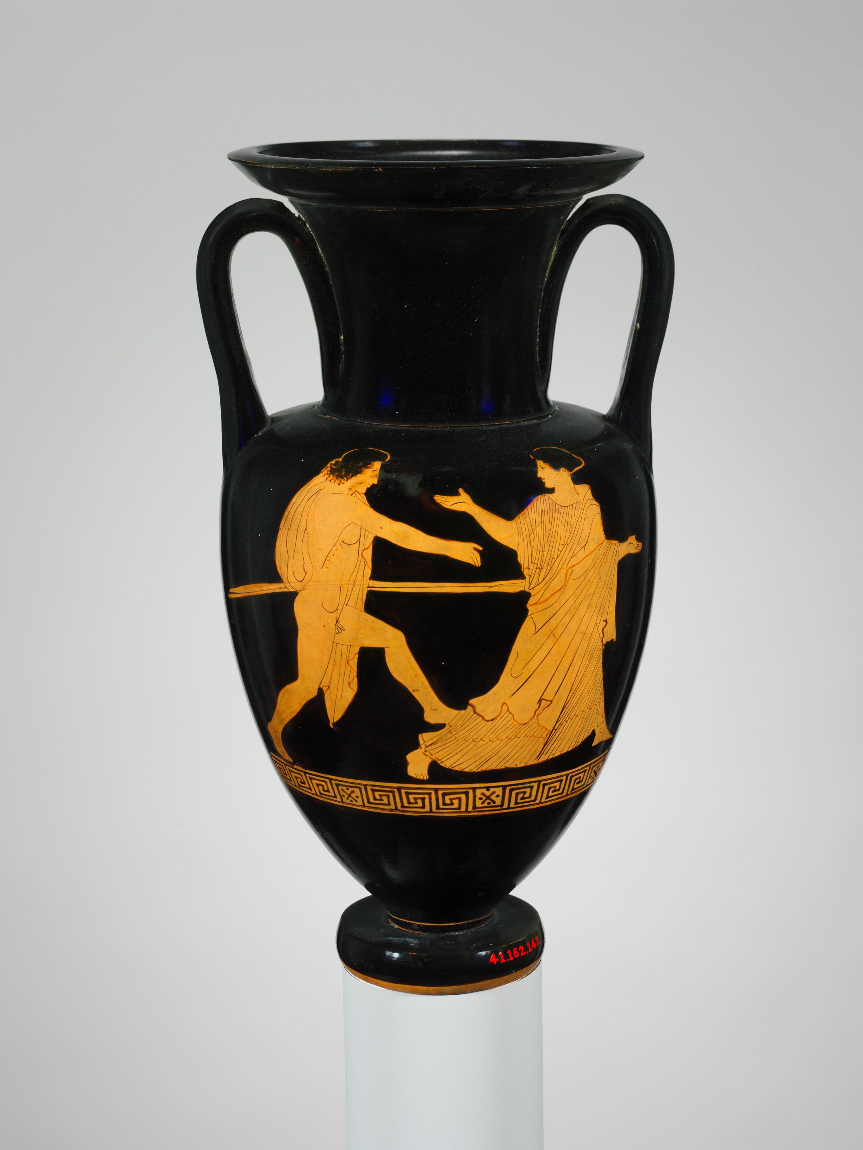Сцена на аверсе ноланской амфоры: юноша с копьем, преследующий женщину (предположительно Тесей); ок. 440 — 430 гг. до н. э. (Метрополитен-музей, Нью-Йорк)
