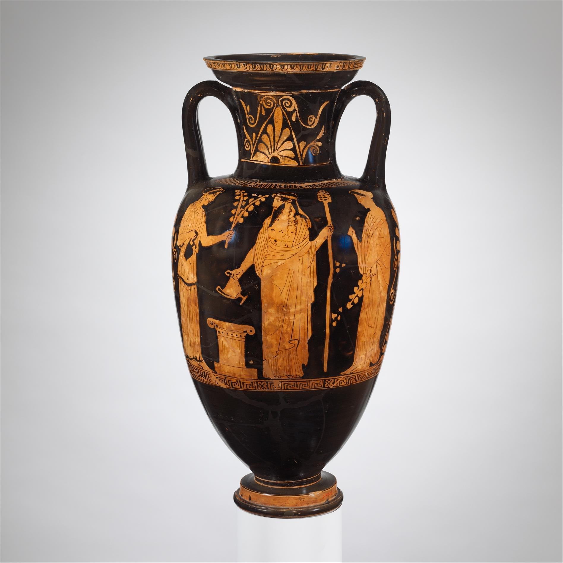 Сенца с аверса амфоры: Дионис и менады у алтаря; ок. 460 — 450 гг. до н. э. (Метрополитен-музей, Нью-Йорк)