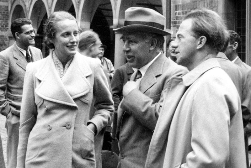 Вернер Гейзенберг (справа) с Нильсом Бором (в центре) и Элизабет Гейзенберг (слева), 1937 год. Источник: Emilio Segrè Visual Archives, American Institute of Physics