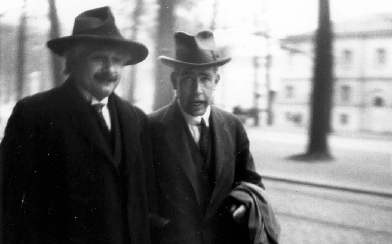 Альбер Эйнштейн и Нильс Бор на VI Сольвеевском конгрессе (1930)