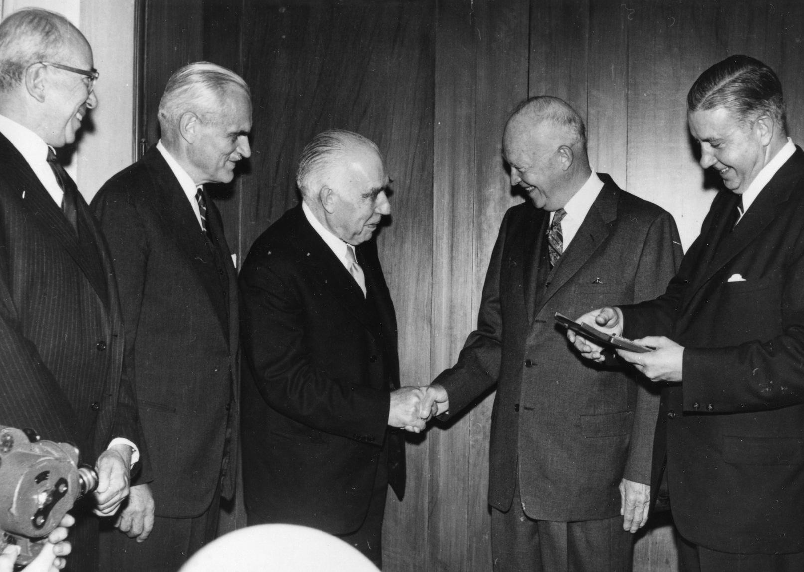 Президент США Дуайт Эйзенхауэр вручает награду Нильсу Бору (1958)