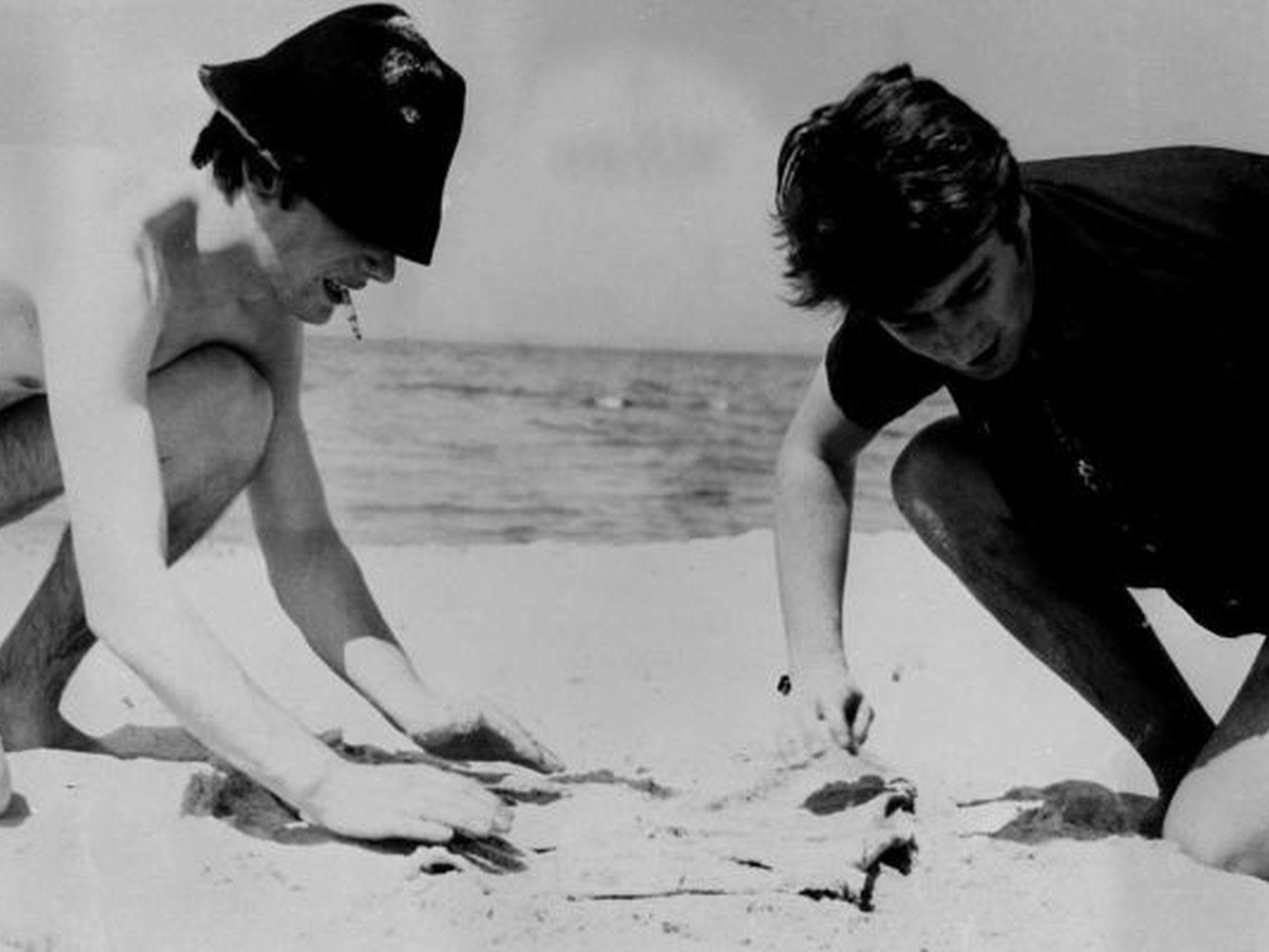 Джон Леннон и Стюарт Сатклифф на гамбургском пляже