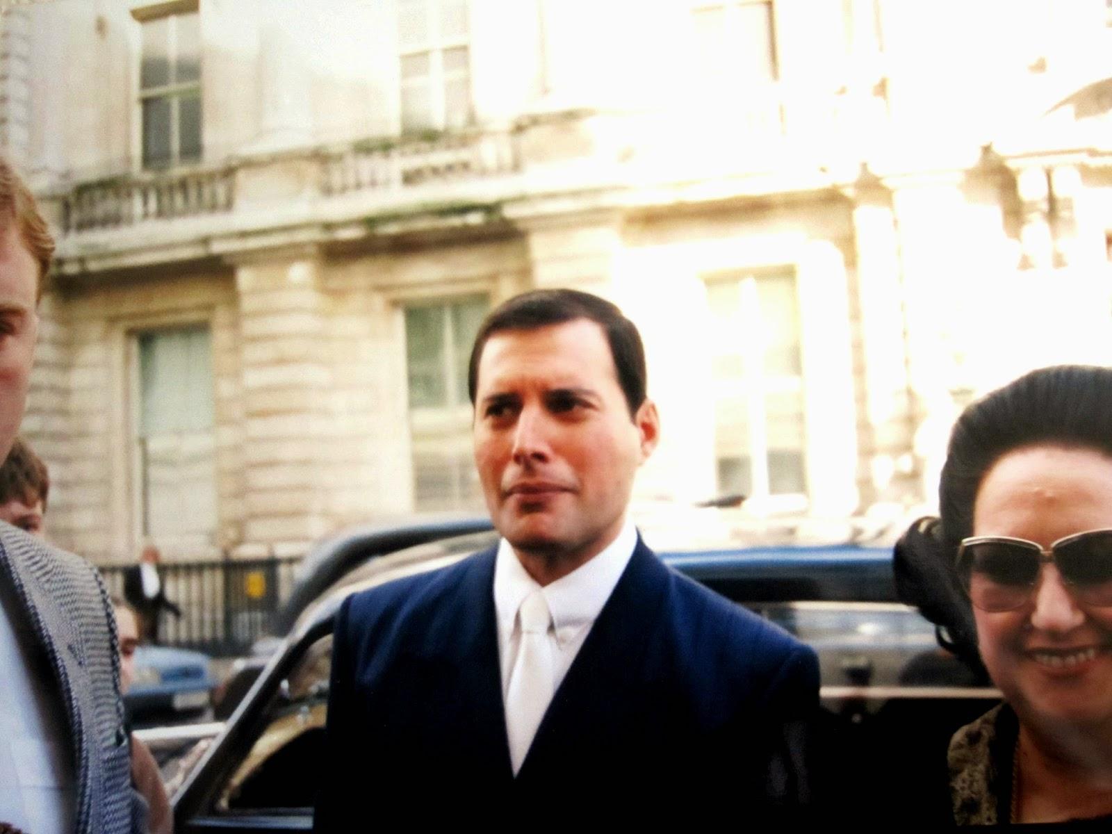 Фредди Меркьюри и Монтсеррат Кабалье у входа в Ковент-Гарден, 9 октября 1988 года