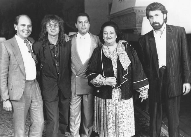 Слева направо: Джим Бич, Майк Моран, Фредди Меркьюри, Монсеррат Кабалье, Пино Сальокко