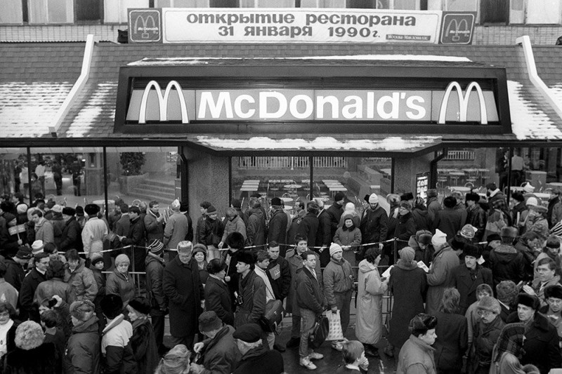 30 лет назад «серому» СССР решили добавить красок...