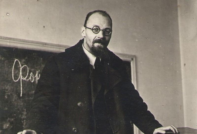 А. А. Реформатский читает лекцию в МГПИ. Москва, 1942 год