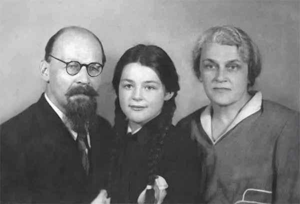 А.А. и Н.В. Реформатские с дочерью Машей (будущей женой Г. Н. Поспелова). 1950 год.