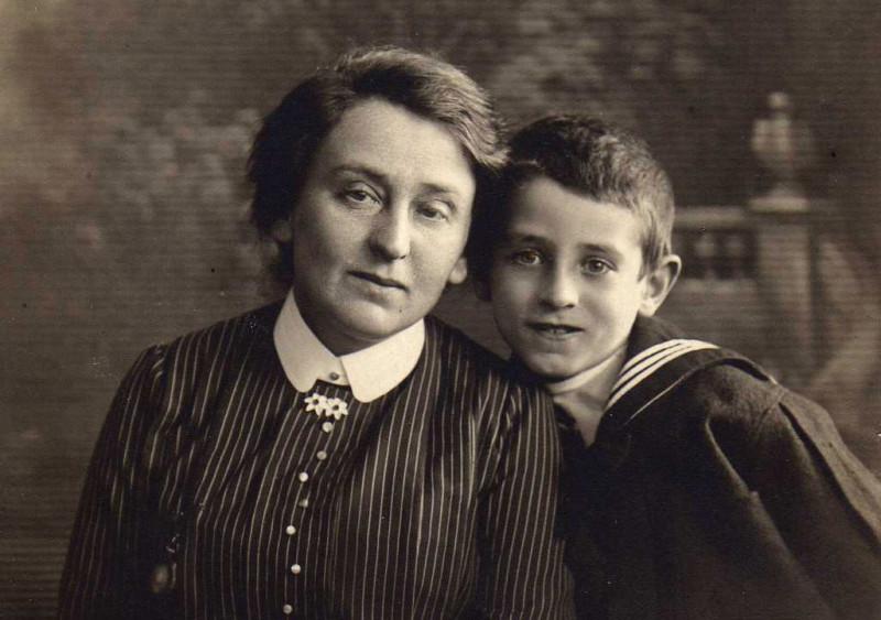 Юный Вася (Иосиф) Гроссман с матерью, 1913 г.