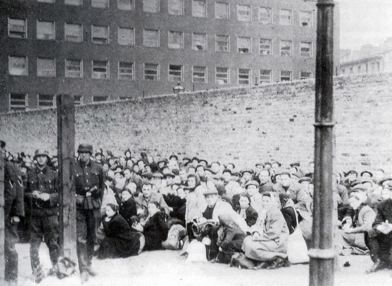 Умшлагплац, особый перевалочный пункт в Варшавском гетто, фото 1942 г.
