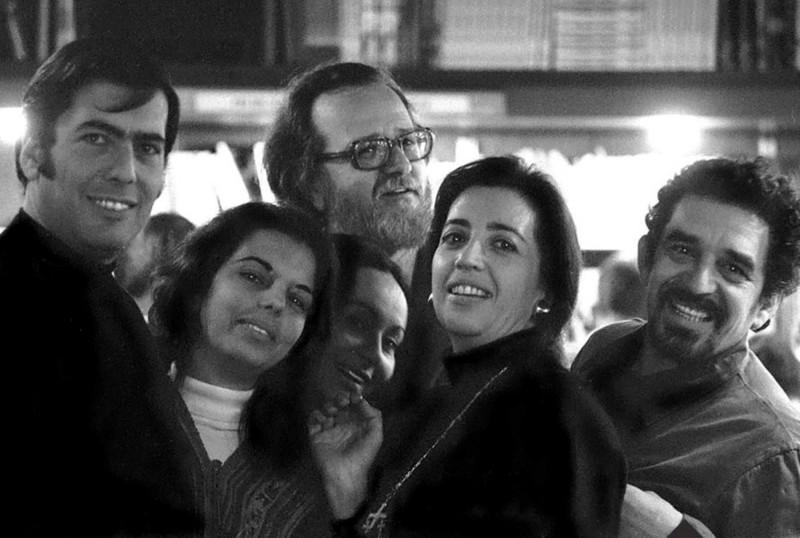 Представители латиноамериканского бума с супругами. Слева направо: Марио Варгас Льоса, его жена Патрисия, Мерседес, Хосе Доносо, его жена Мария Пилар Серрано, Габриэль Гарсиа Маркес. Барселона, начало 1970-х гг.