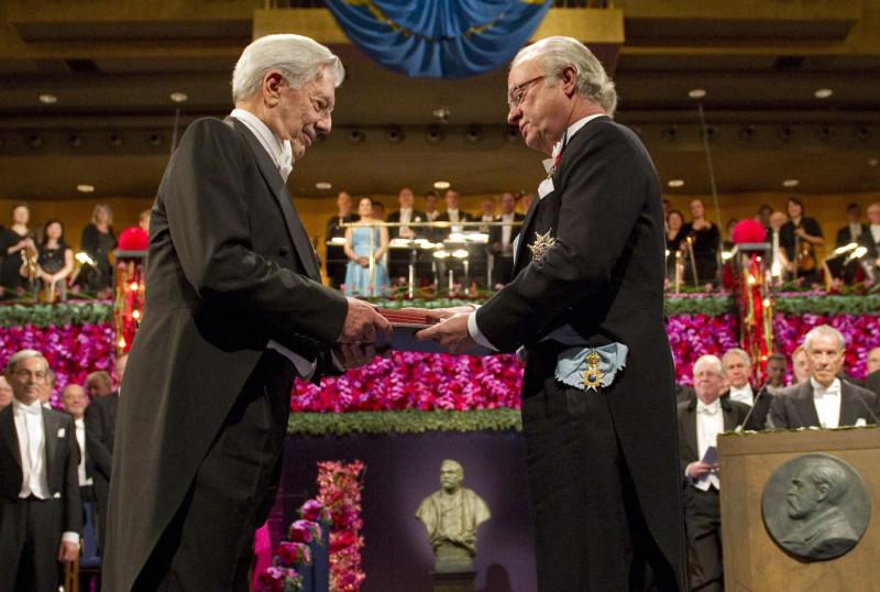 Марио Варгас Льоса получает Нобелевскую премию по литературе, 2010