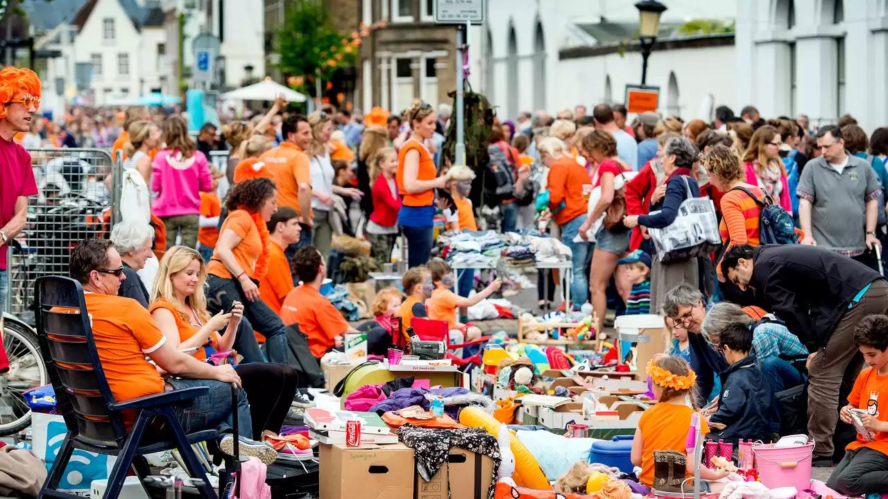 Типичный блошиный рынок на День короля (фото 2019 года)