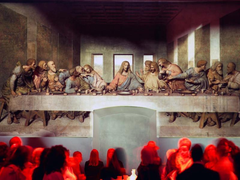 Посетители Санта-Мария-делле-Грацие у фрески аЛеонардо да Винчи «Тайная вечеря»