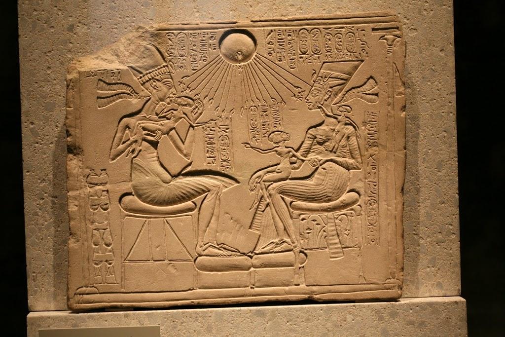Эхнатон и Нефертити с дочерями