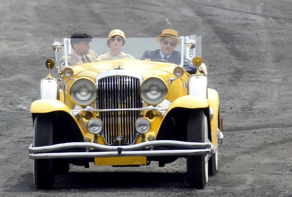 Желтый кабриолет Гэтсби в серой Долине пепла (кадр из фильма «Великий Гэтсби», 2013, реж. Баз Лурман)
