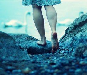 под ногами камень
