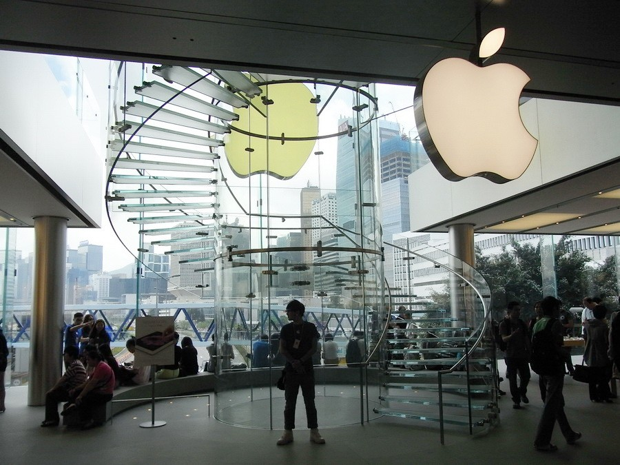HK_Central_IFC_Mall_shop_logo_Apple_store_interior_stairs_Visitors_May-2012_resize