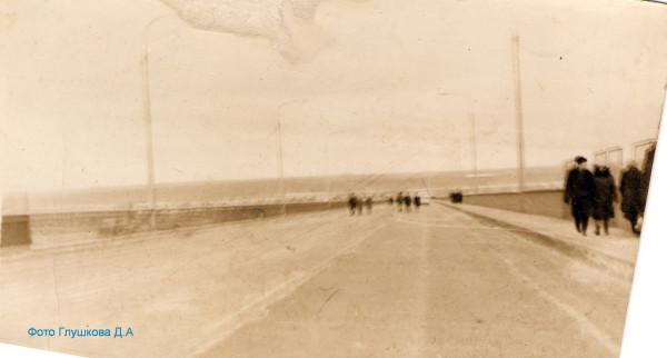 Пермяки идут по проезжей части Камского моста.jpg