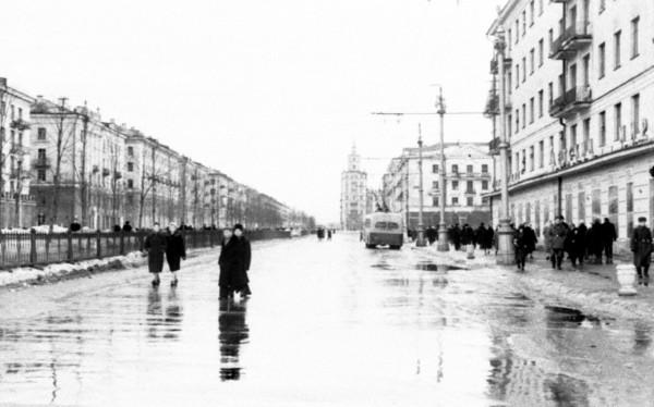 Пермяки идут по проезжей части Комсомольского проспекта 1963 г. Детский мир - будущие Спорттовары.jpg
