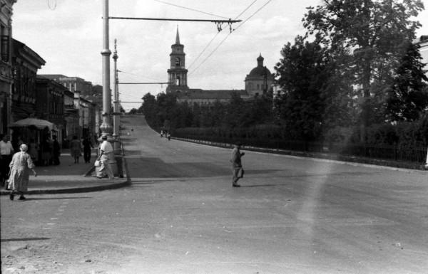 Пермяки идут по проезжей части Комсомольского проспекта конец 50-х.jpg