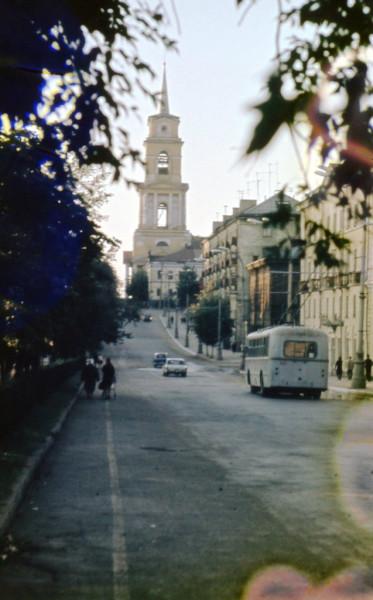 Пермяки идут по проезжей части Комсомольского проспекта конец 60-х.jpg