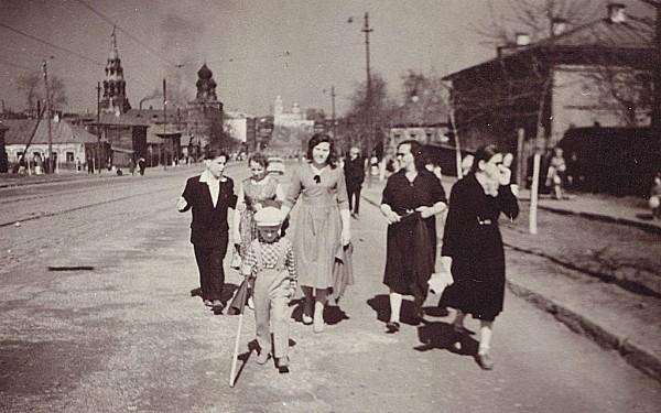 Пермяки идут по проезжей части ул Борчанинова.jpg