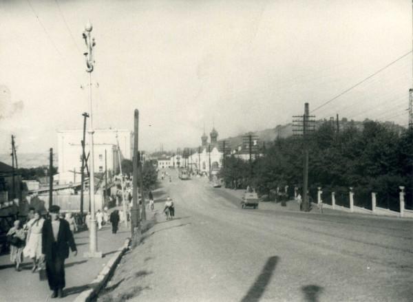 Пермяки идут по проезжей части ул. Монастырская от Речного вокзала.jpg