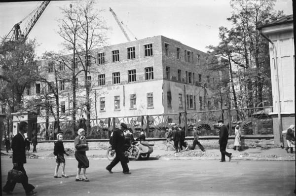 Пермяки идут по проезжей части улицы Пушкина ОДКБ.jpg