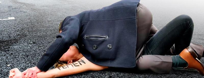 Полицейский и FEMEN 1.jpg