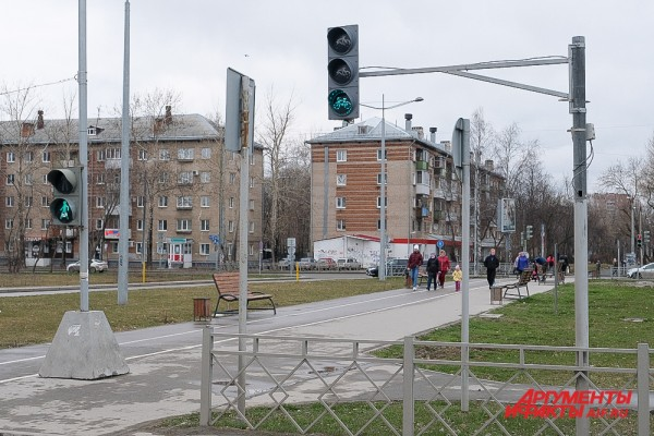 Первый велосипедный светофор в Перми на ул. Крупской через ул. Макаренко.jpg