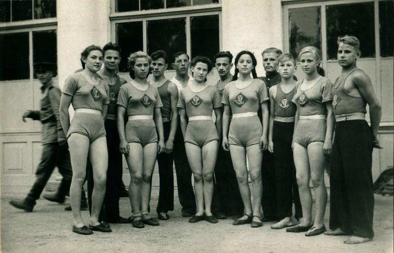 Сборная Челябинска на соревнованиях среди школьников. г.Новосибирск. август 1946 года.jpg