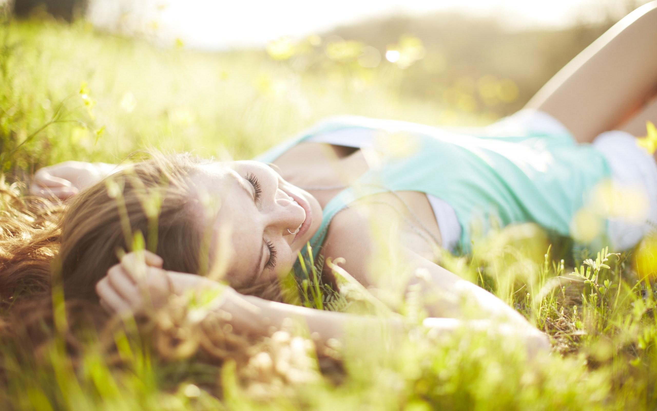 Девушка в траве  № 559796 бесплатно