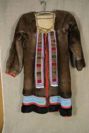 имней одеждой у северных селькупов (мужчин и женщин) служила парка - распашная шуба из оленьих шкур мехом наружу.