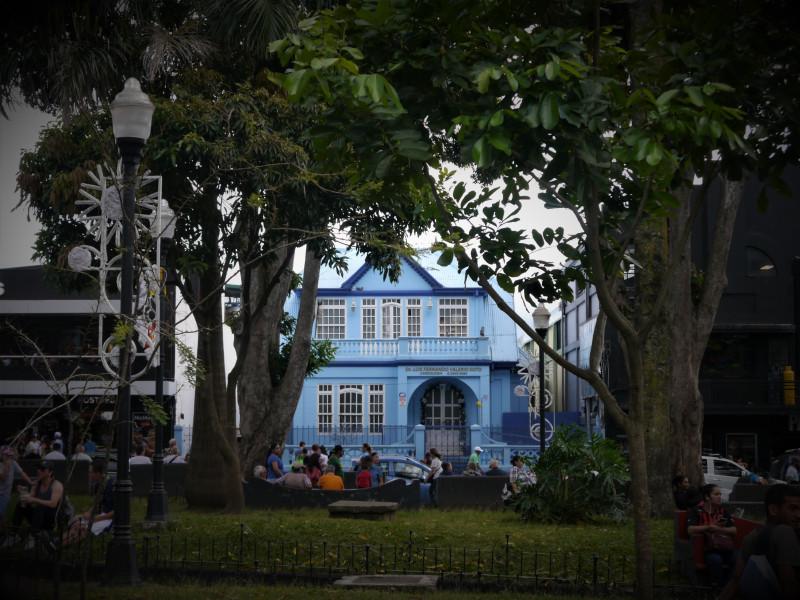 Симпатичный голубой домик оказался стоматологической клиникой