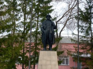 коркинский угольный разрез Ленин у конторы.jpg