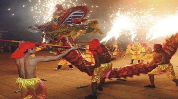 Танец огненного дракона в Гонконге на 15-е число 8-го месяца