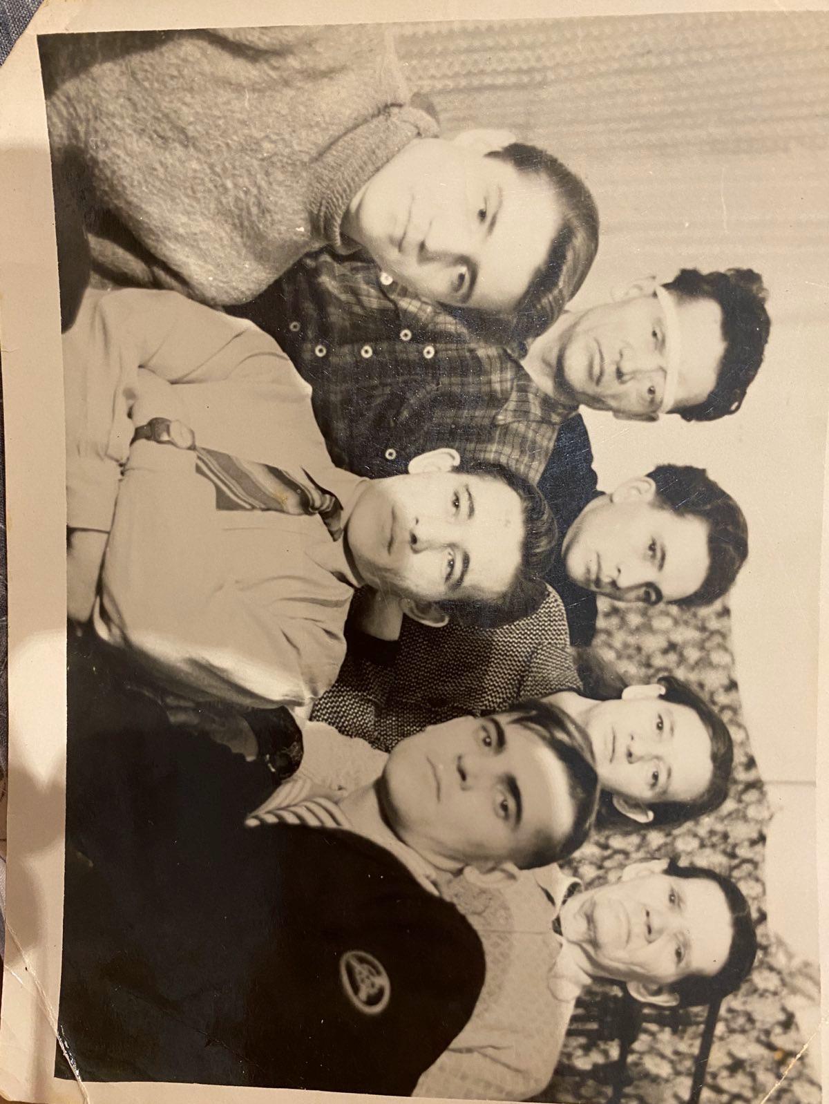 Верхний ряд: Отец Никита Алексеевич,  брат Толик, баба Люба и бабушка Лена, баблюбина мама. Дед наш внизу в центре.Красавец))) хотя все прекрасны, забытые лица прошедшей эпохи.