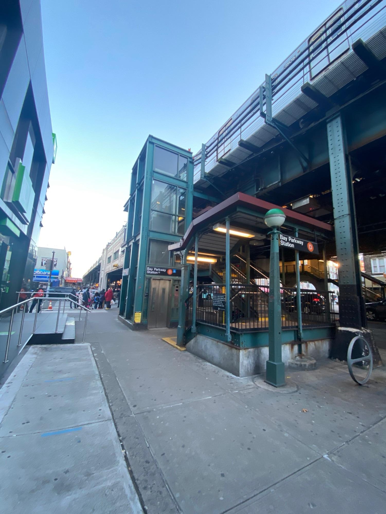 Во многих  районах Бруклина проходит надземное метро.Здесь его называют трейн - поезд.Наша улица под трейном. 86-я.